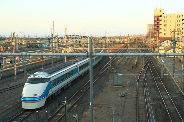 栗橋駅連絡線を渡る 東武鉄道108編成