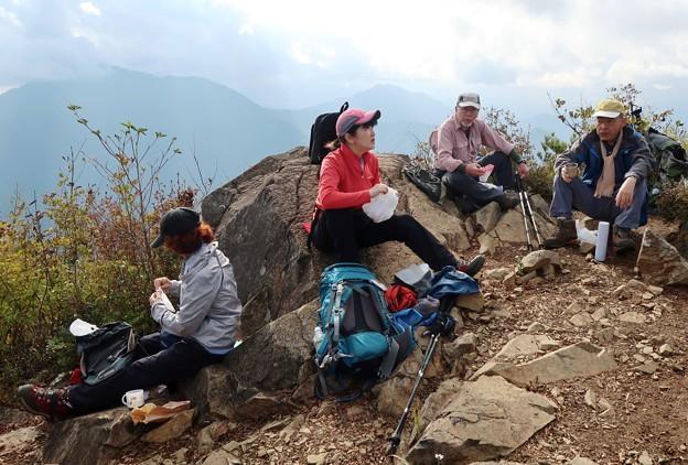 041 赤岩頂上で遅めの昼食