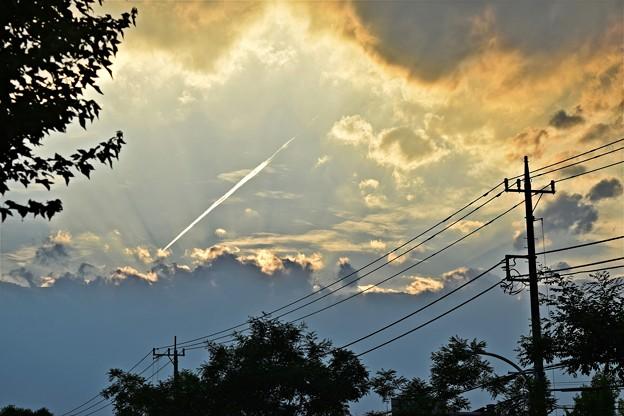 光芒の飛行機雲