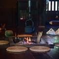 写真: 囲炉裏の灯