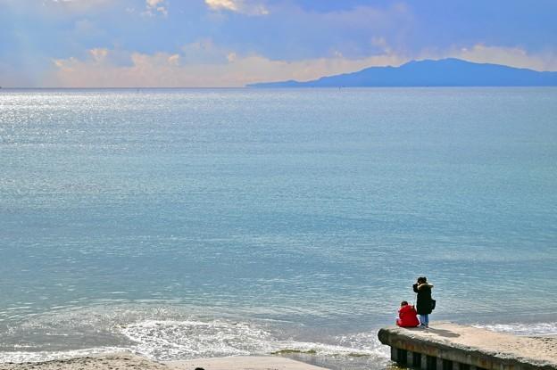 冬、七里ヶ浜の二人