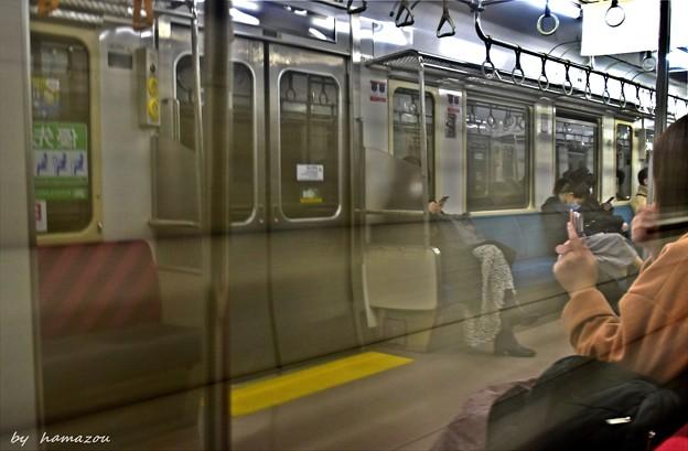 トンネル内の車窓