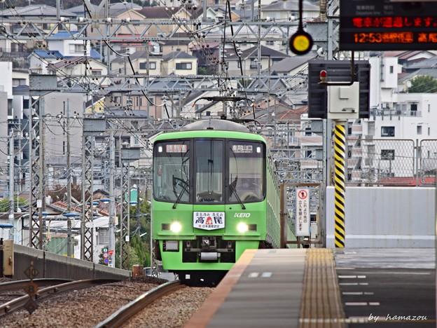 電車が通過します。