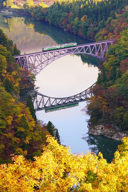 紅葉の只見川第一橋梁 キハ40系水鏡3