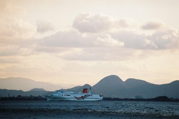 与島に接近する「おれんじホープ」