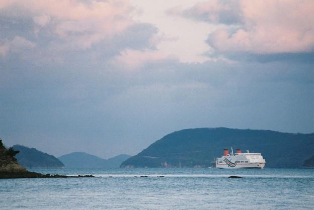 与島沖を航行中の西航「おれんじ8」