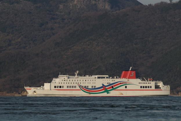 男木島と豊島の間の水道を通過する「おれんじ8」