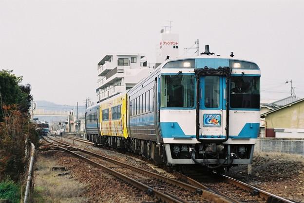 屋島駅を発車する「うずしお7号」