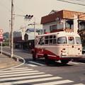 交差点を通過する元山形交通のボンネットバス