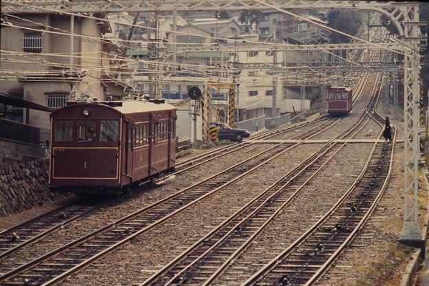 近鉄生駒鋼索線宝山寺1号線の旧型車と踏切
