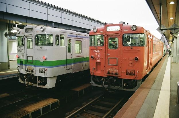 リバイバル色とJR北海道色の並び
