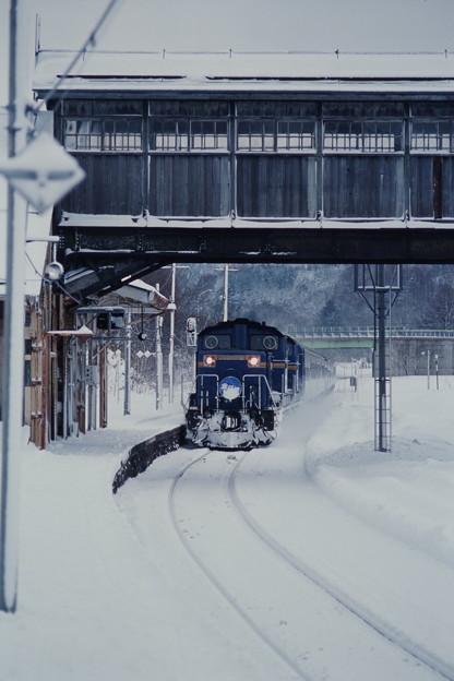 小沢駅を通過する「北斗星ニセコスキー」