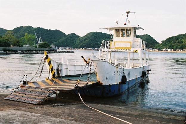 岡崎渡船場に停泊中の「さざなみ」