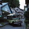 湯平温泉場を発車するボンネットバス