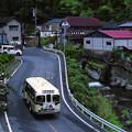 温泉街に向かうボンネットバス