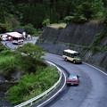 坂道を登るボンネットバス