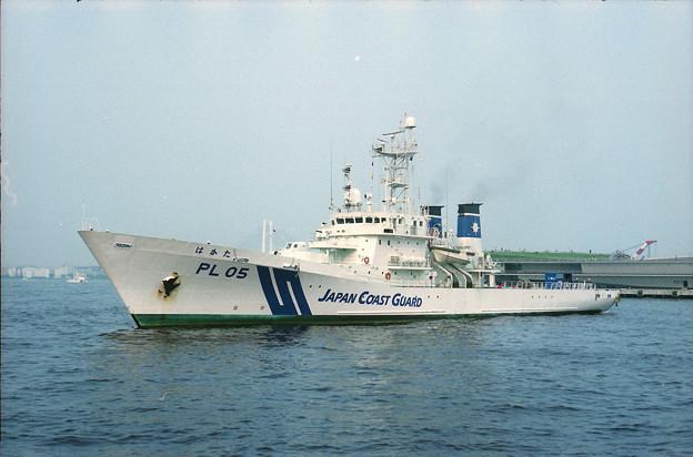 横浜港に入港するPL05「はかた」