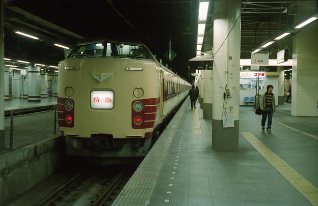 上野駅14番線で発車を待つ「リゾート草津1号」