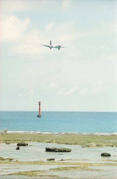 奄美空港に着陸する日本エアコミューターのYS-11