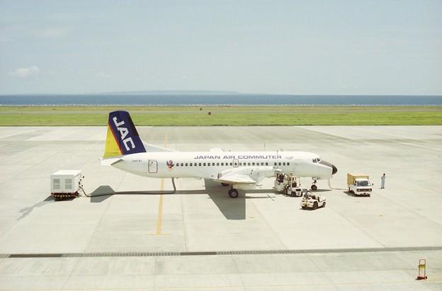 奄美空港に到着した日本エアコミューターのYS-11