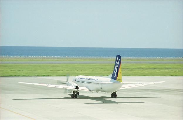 奄美空港を後にする日本エアコミューターのYS-11