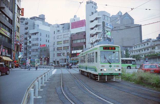大塚駅付近の専用軌道を行く7027