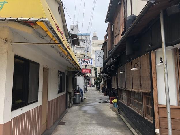 Photos: 居酒屋の外側の通路