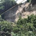 Photos: 崖が崩れいています