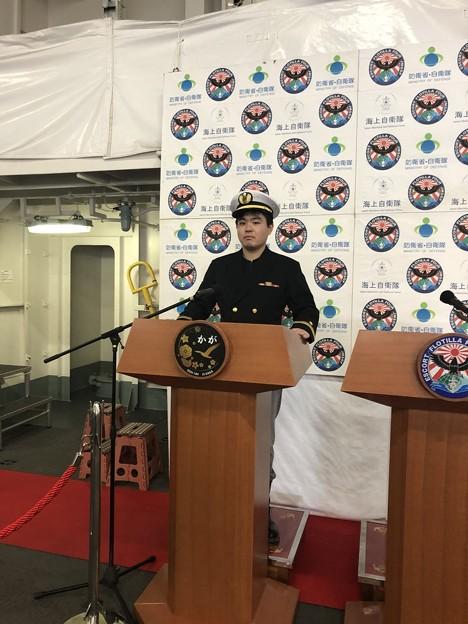海上自衛隊の制服を着ています