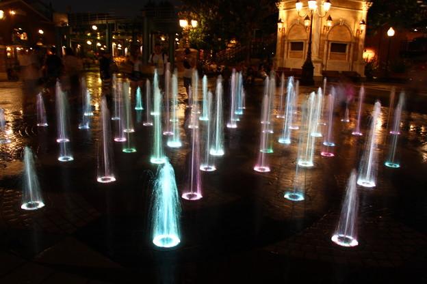 写真: ライトアップされた噴水