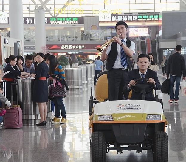 西安空港でフラッシュモブ? (3)
