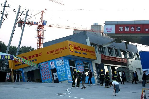 杭州 傾いたガソリンスタンド (4)