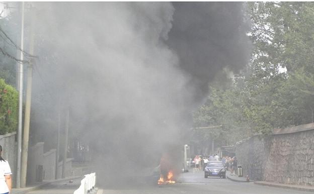 炎上するバス 北京での出来事 (2)