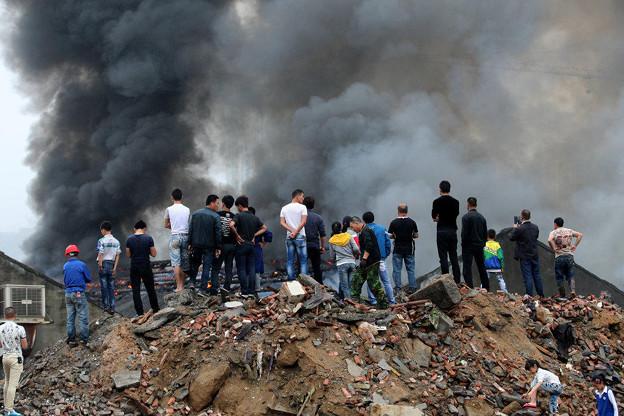 温州で爆発炎上 見物客100人 (1)