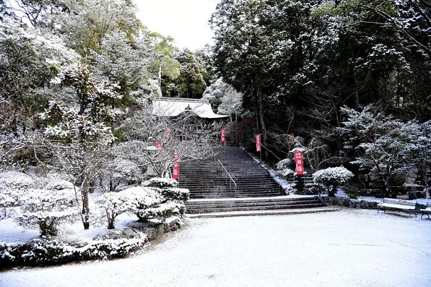 写真: 雪の仁比山神社