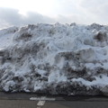 体育館の駐車場の雪の山