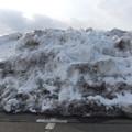 写真: 体育館の駐車場の雪の山