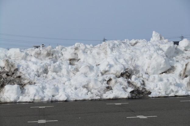 体育館の駐車場の雪の山2