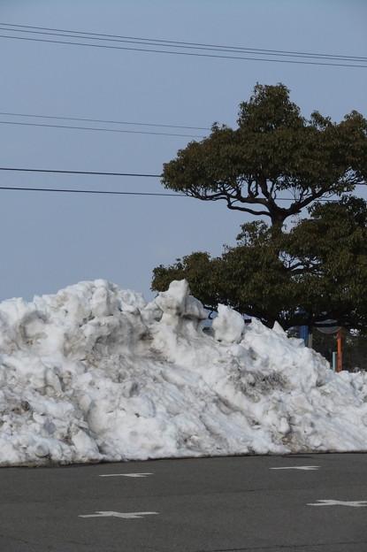 体育館の駐車場の雪の山3