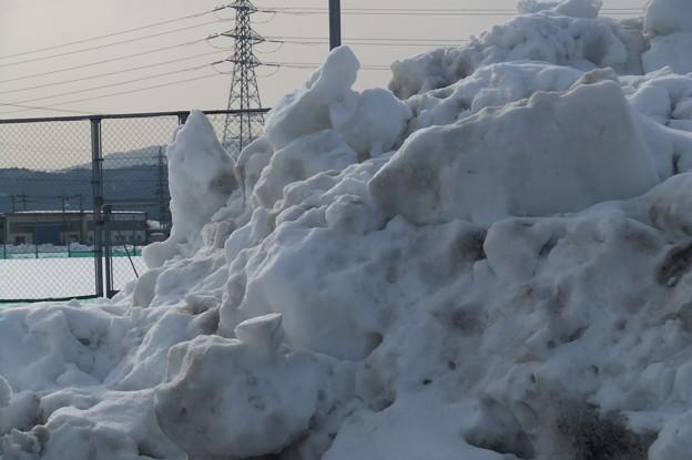 体育館の駐車場の雪の山4