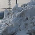 写真: 体育館の駐車場の雪の山4