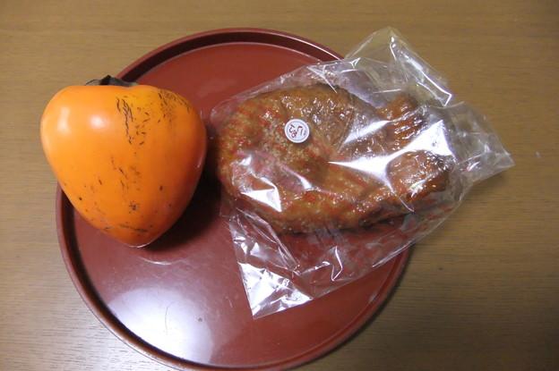 Photos: 頂いた大きな柿とあんこ入りのパイ生地のパン