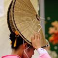 写真: 編み笠を直す踊り子