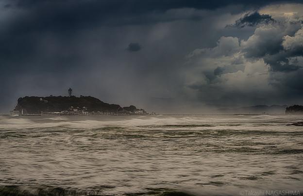 台風15号接近中の江ノ島