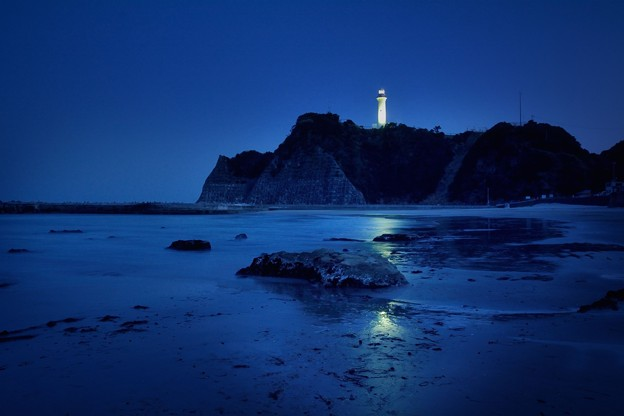 ぢいつと渋った暗い海