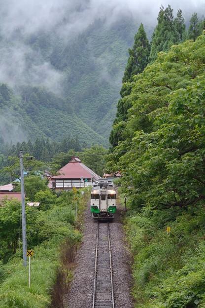 Photos: 一番列車がやって来る