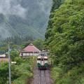 写真: 一番列車がやって来る