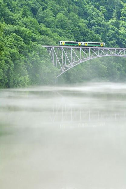 Photos: 川霧の穏流を渡る鉄の路
