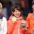 スピードスケート女子マススタートのメダル授与式に臨む(左から)キム・ボルム、高木菜那、イレーネ・スハウテン2