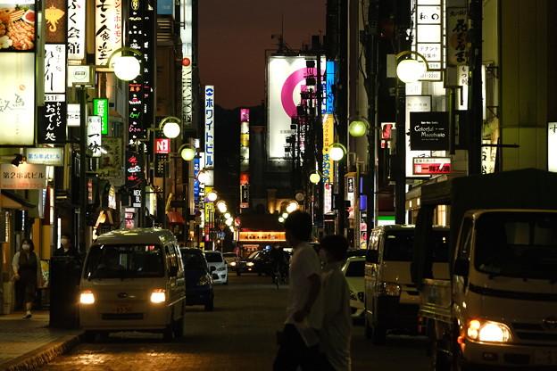 夜の繁華街の少しはずれ